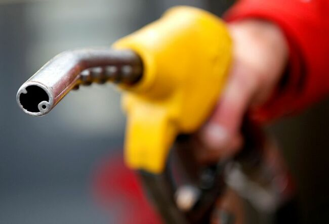 Oil falls on concerns of Iranian supply return, inflation fears