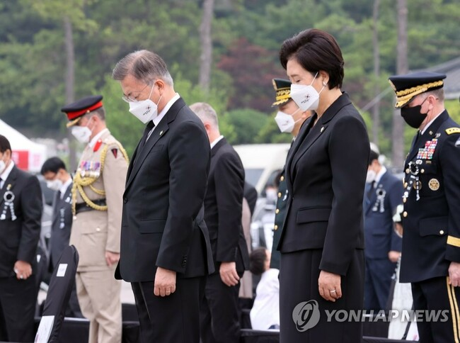 (LEAD) Moon apologizes over 'unjust death' caused by 'evil practice' in barracks during Memorial Day speech