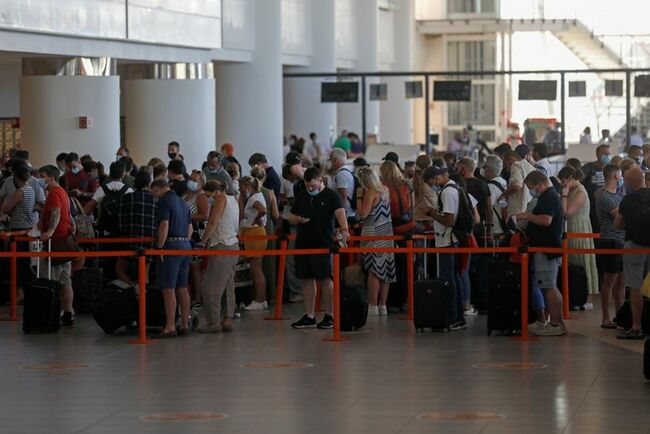 Frustrated Brits rush home from Algarve to avoid quarantine