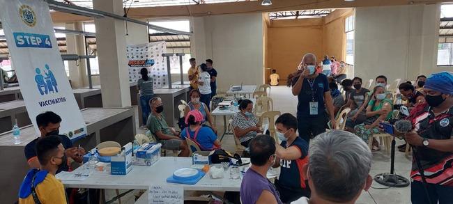 Lapu-Lapu City inoculates market vendors