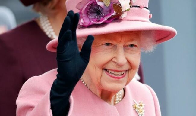Queen hospitalisation 'not too concerning' as monarch back to work