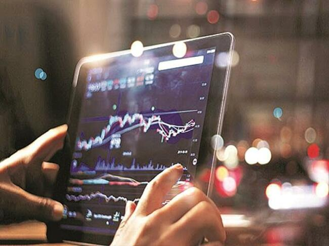 Markets recoup initial losses to end flat; Reliance, banks perform poorly